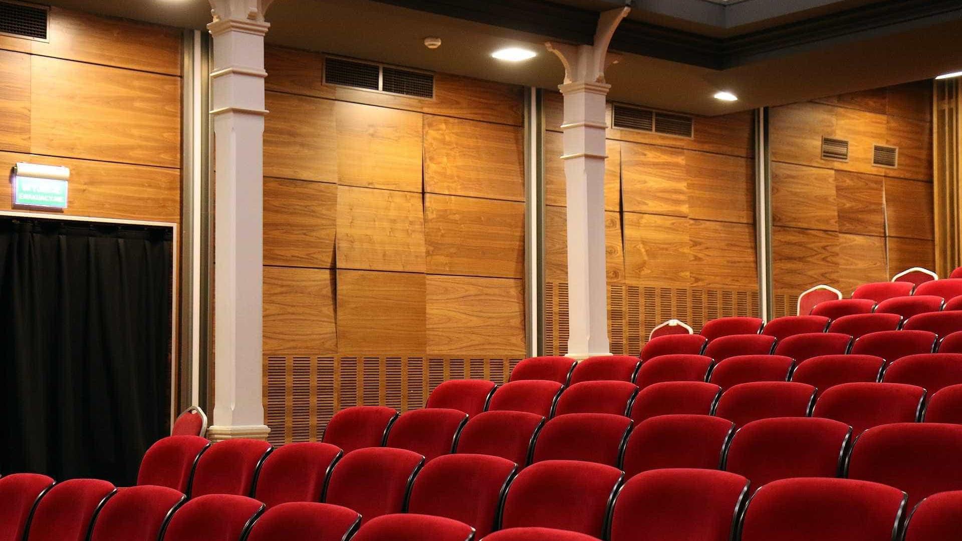 Brasileiros frequentam mais teatros  e cinemas, diz pesquisa