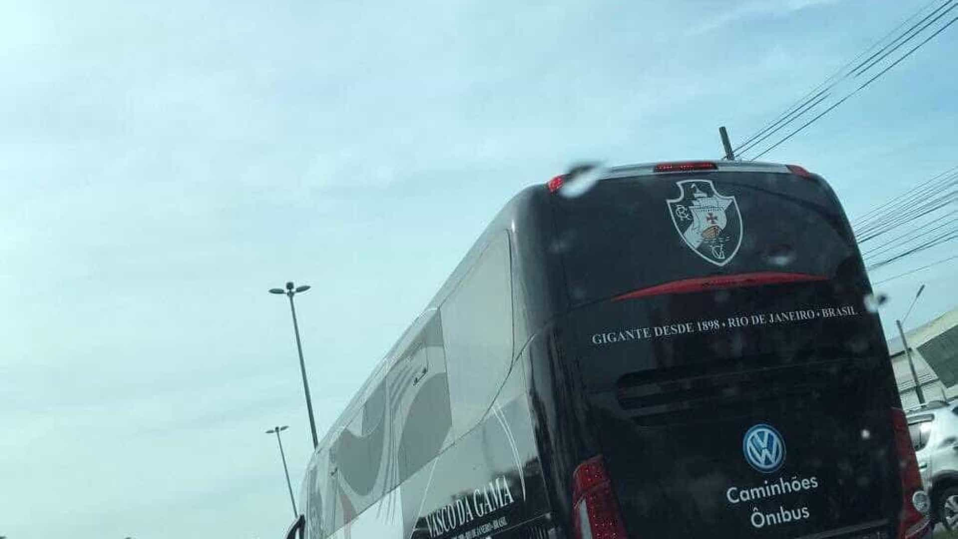Ônibus do Vasco quebra e jogadores pegam táxi para chegar ao estádio