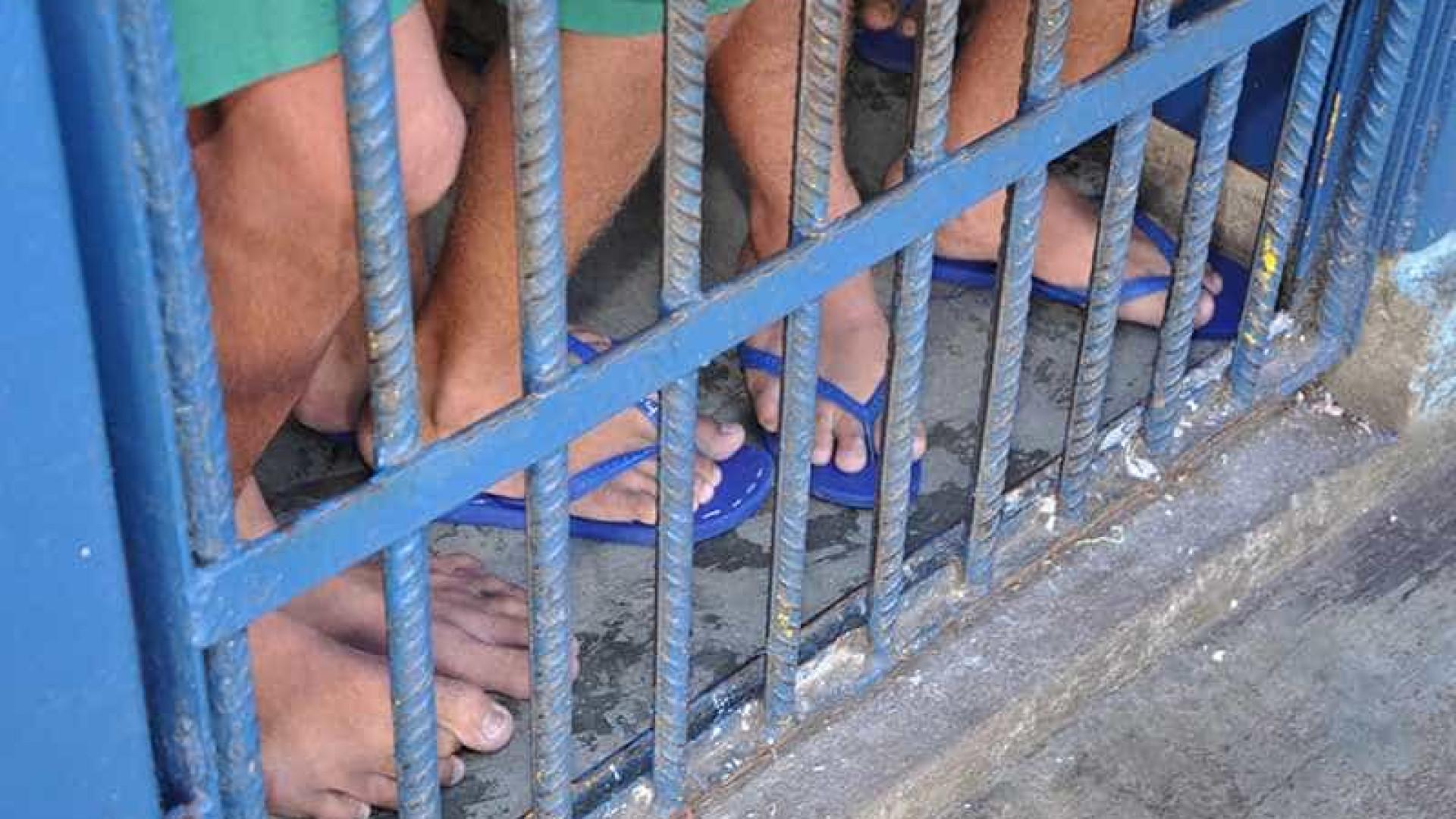 Detento escapa de delegacia, pula muro de creche e foge em Gravataí