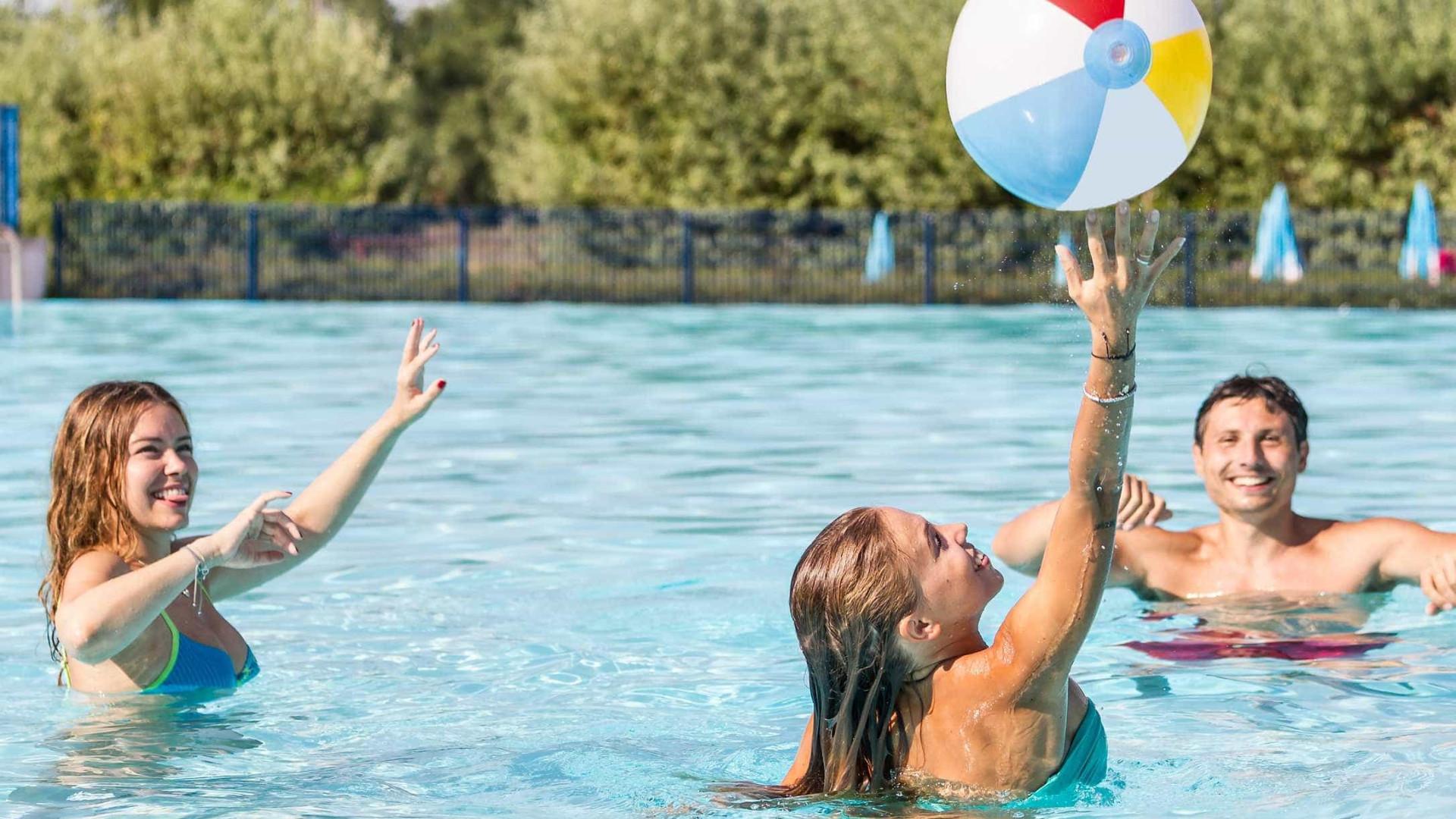 Protetor solar pode se tornar tóxico ao ser usado em piscinas com cloro