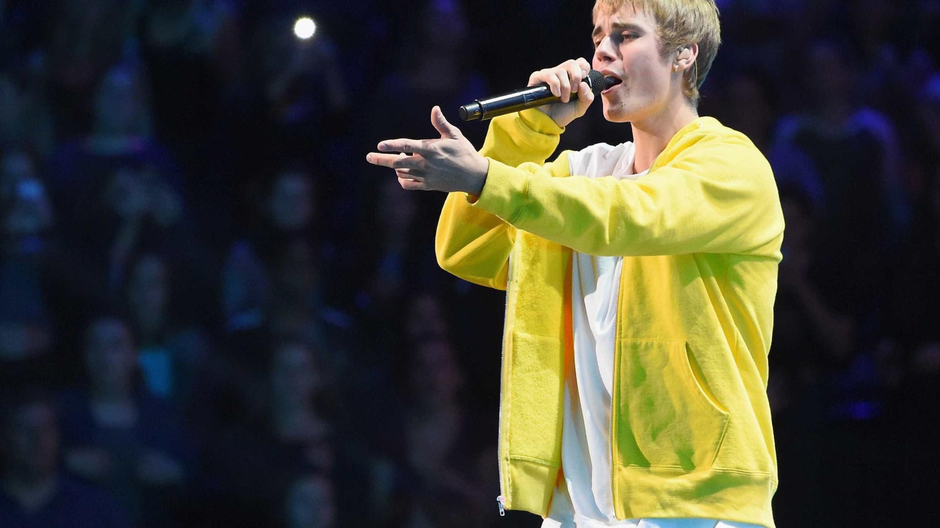"""Justin Bieber se recusa a cantar """"Despacito"""" e fã joga objeto nele"""
