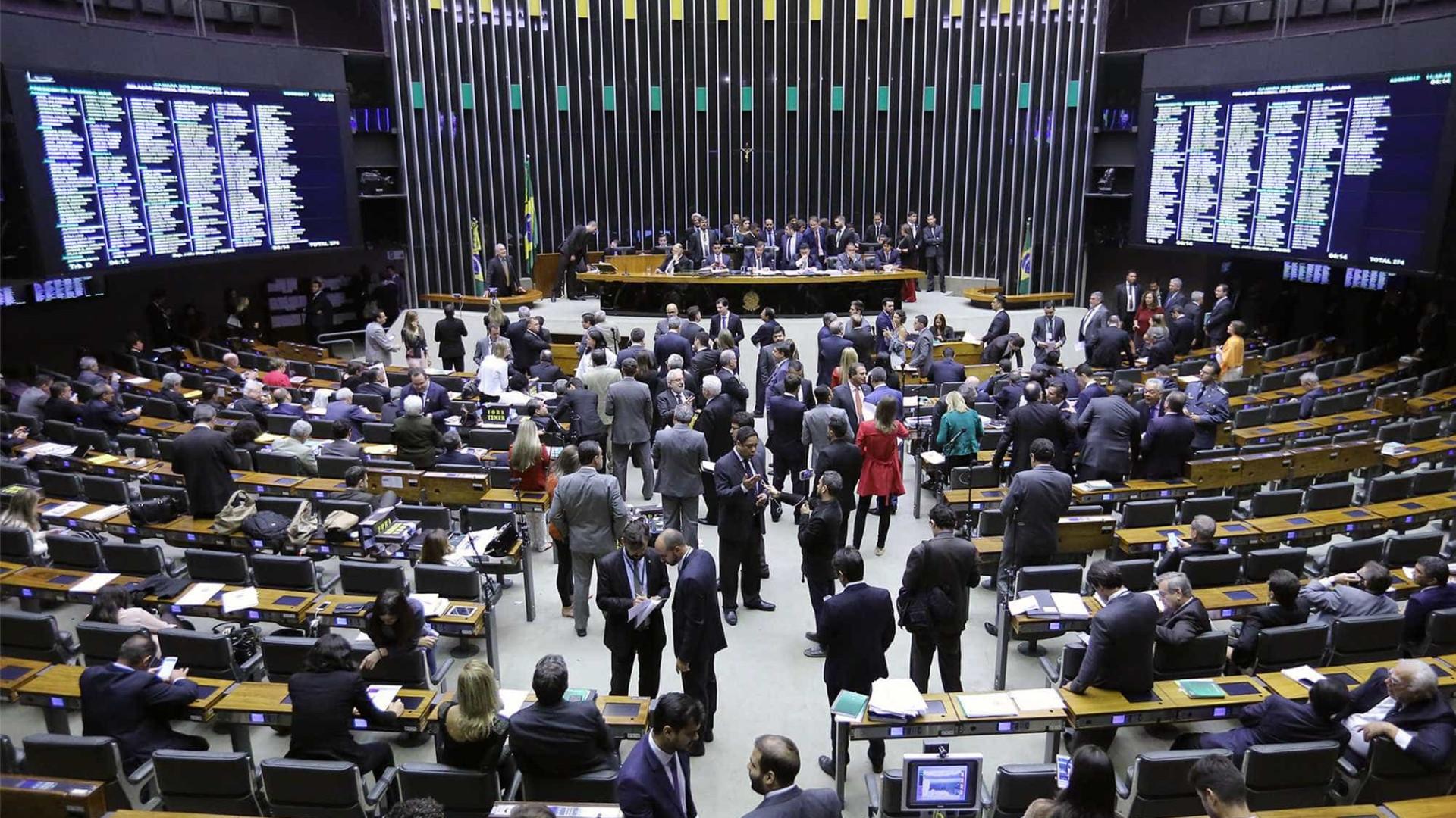 Após atrasos, deputados votam parecer de denúncia contra Temer