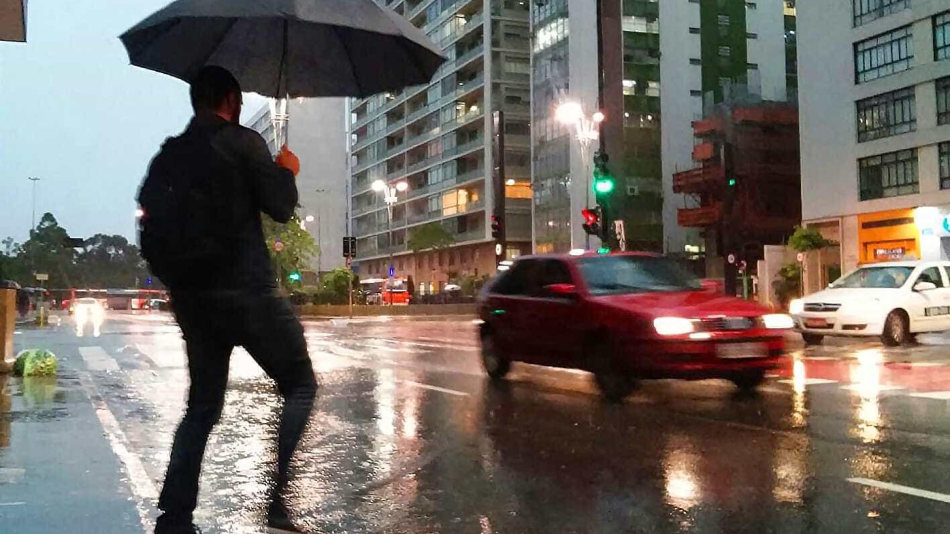 Chuva causa desabamento e alaga vias em São Paulo