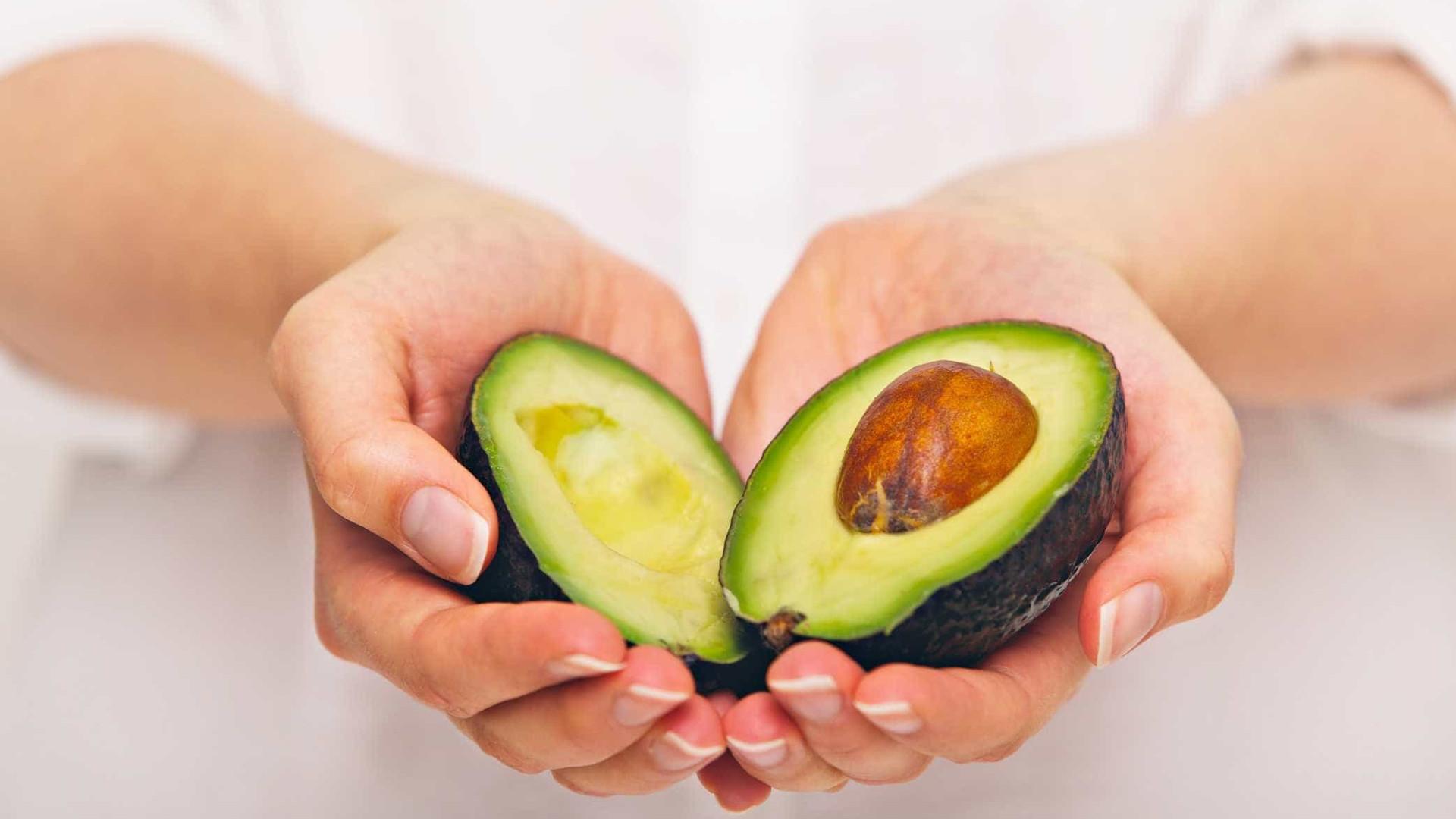 Casca do caroço do abacate tem benefícios para saúde; conheça