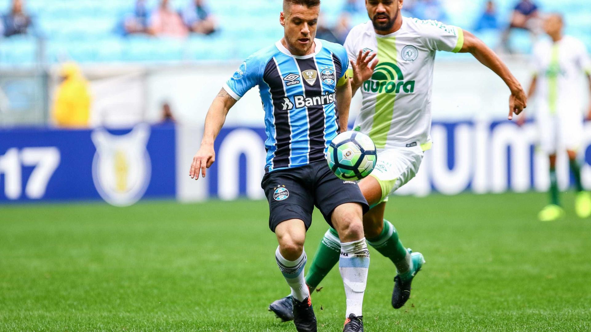 Grêmio perde da Chapecoense em casa e vê Corinthians abrir 10 pontos