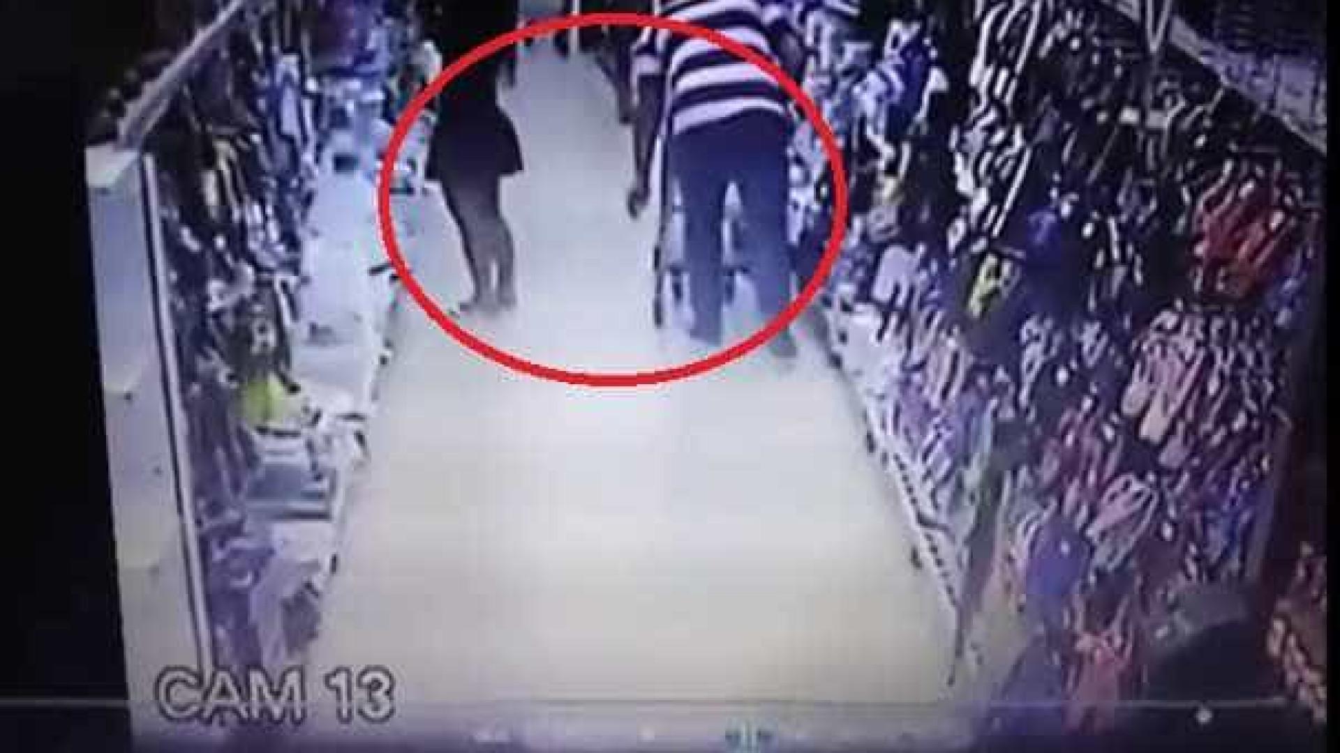 Em supermercado, mulher acusa homem de filmá-la por baixo da saia