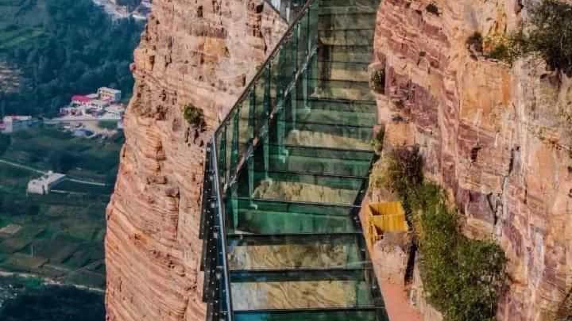 Ilusão faz vidros de ponte chinesa trincarem com pessoas em cima