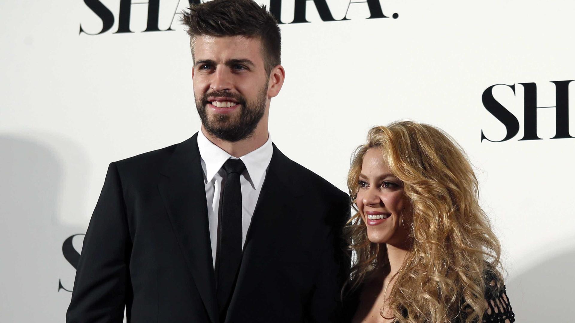 Após rumores de separação, Shakira e Piqué são vistos aos beijos