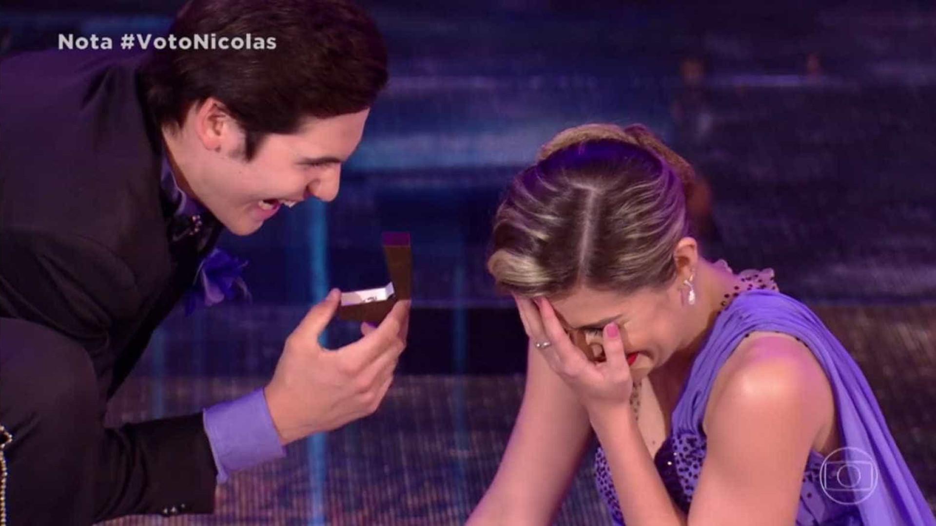Nicolas Prattes faz 'pedido de casamento' à bailarina no 'Dança'