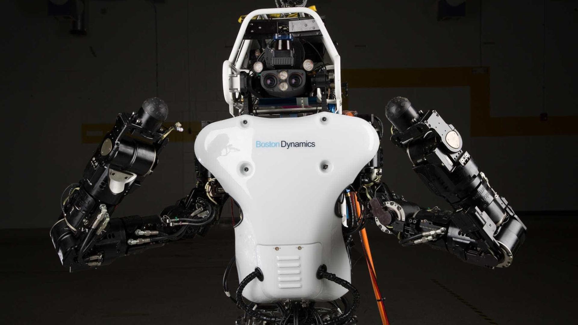 Robô humanoide realiza salto mortal de costas perfeito