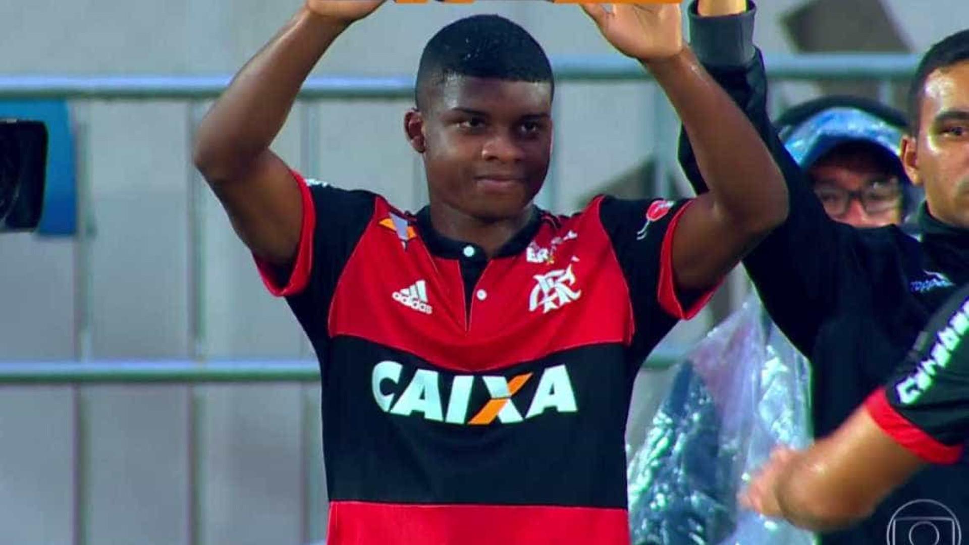 Aos 16 anos, atacante Lincoln estreia no time profissional do Flamengo