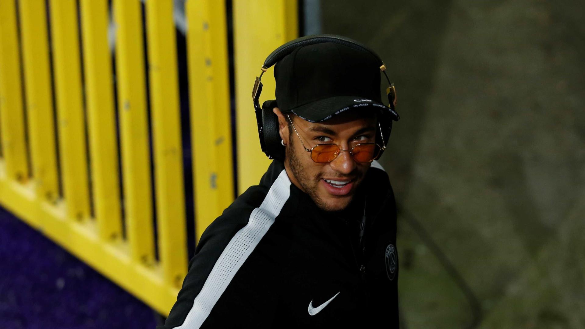 Apressado, Neymar se atrasa para jogo festivo e mantém mistério