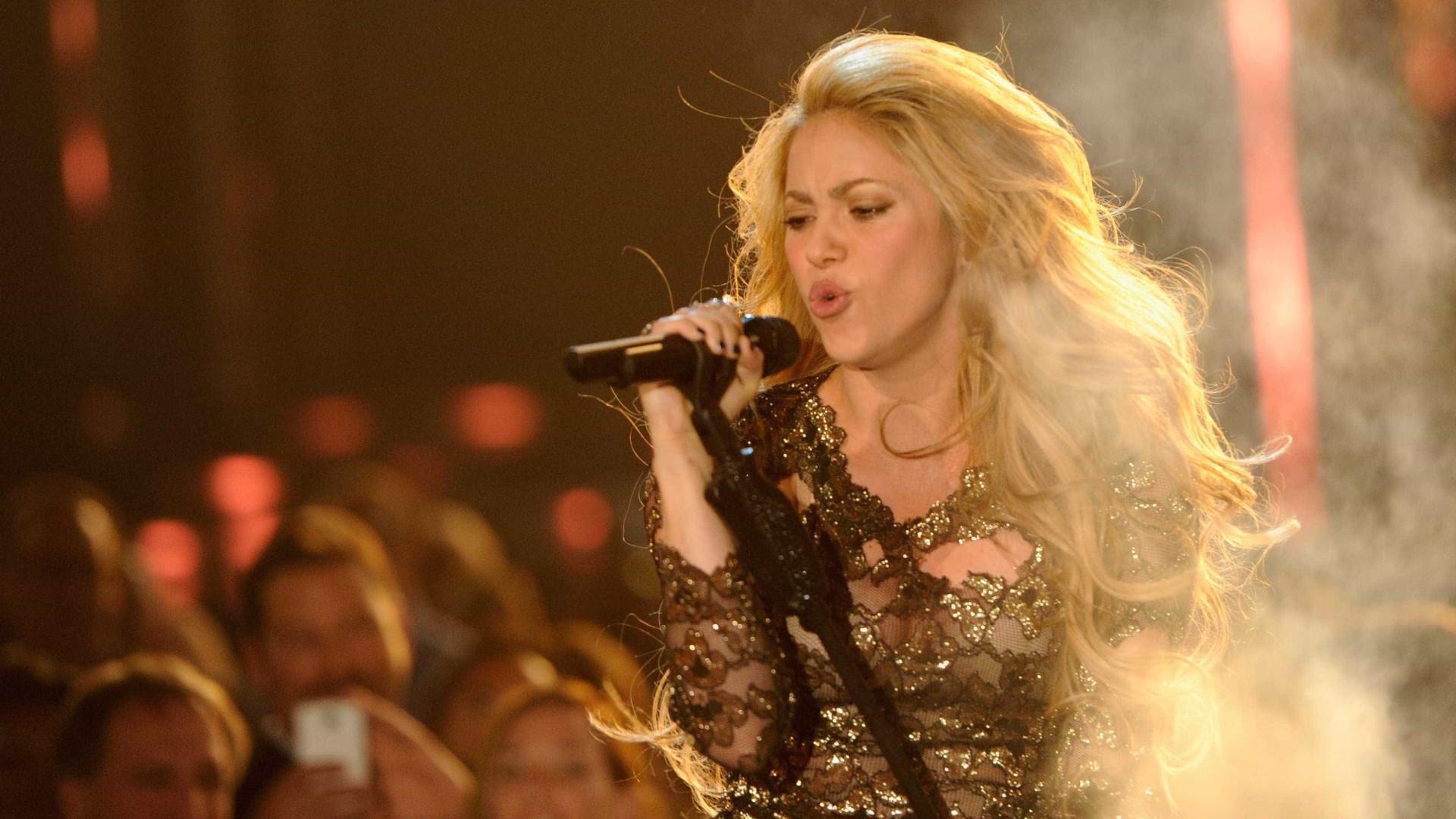 Shakira anuncia retorno aos palcos após hemorragia