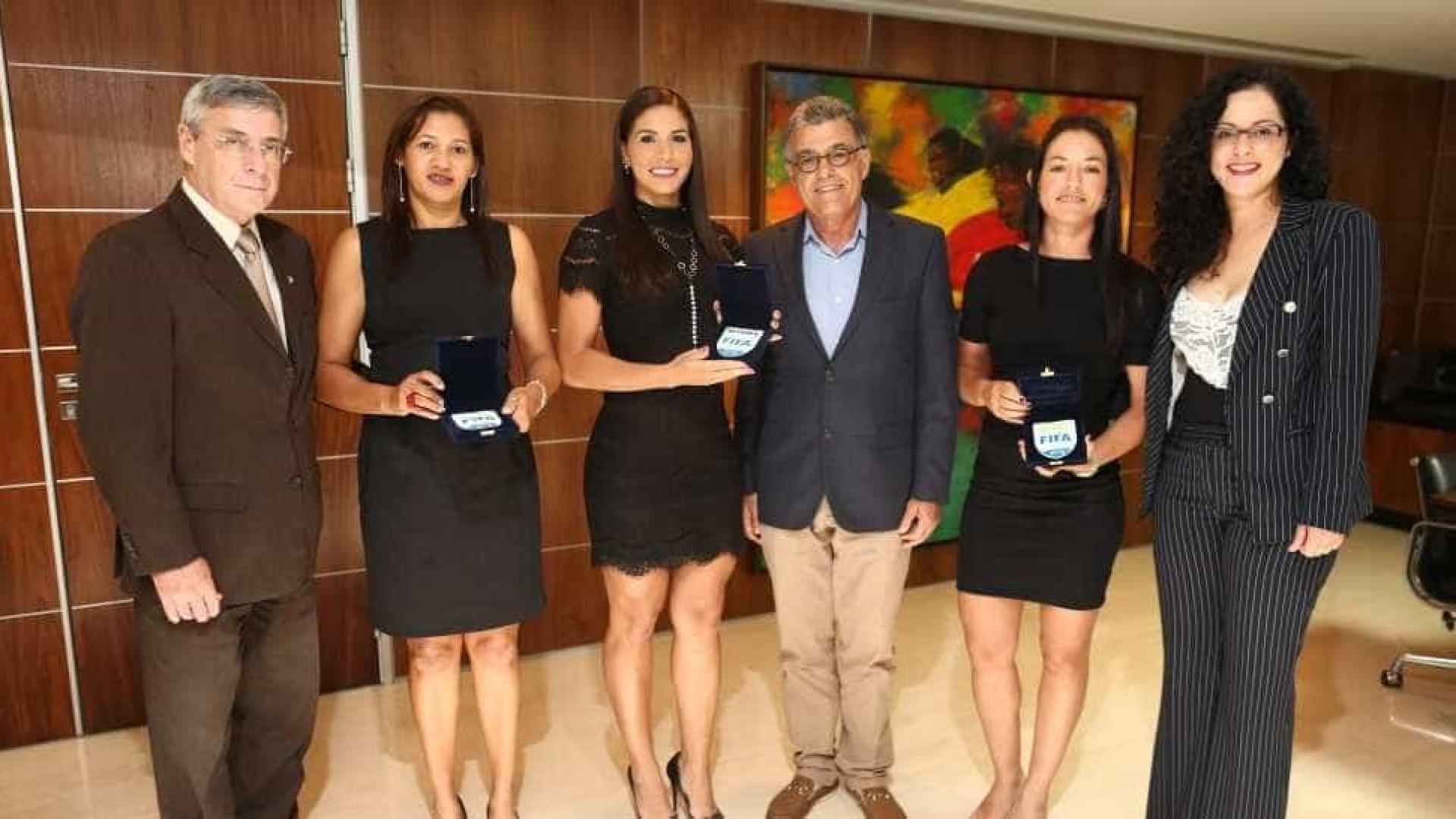 Trio de arbitragem feminino recebe insígnias FIFA