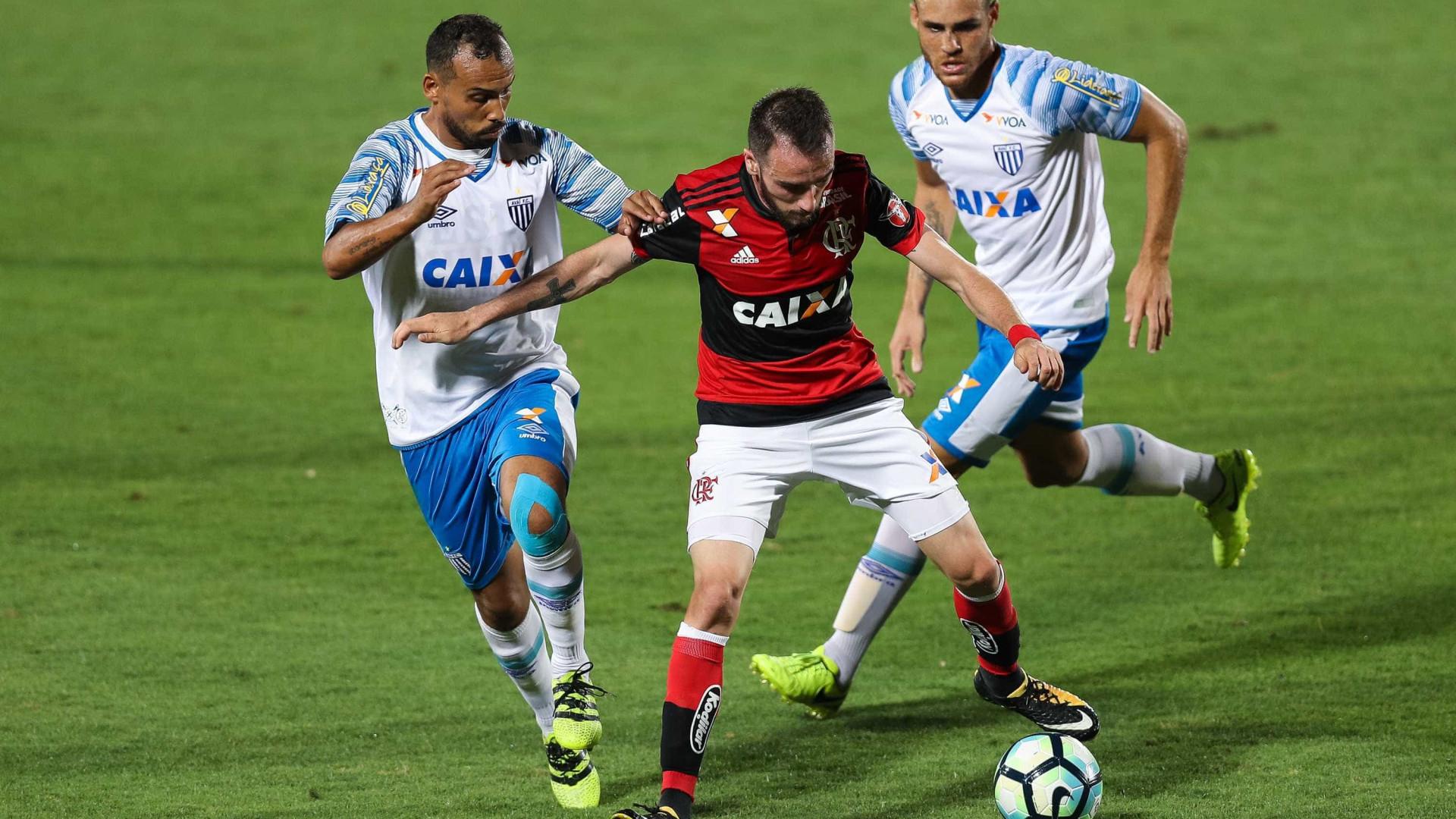 Cruzeiro negocia contratação de meia do Flamengo