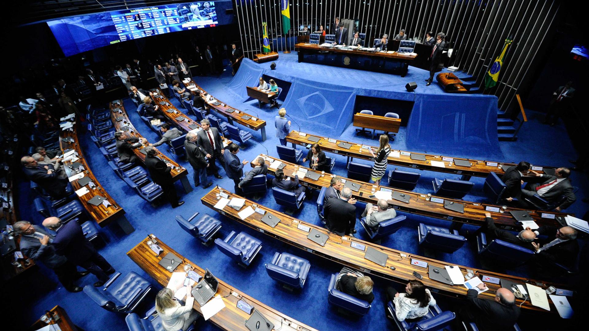 Senado eleva pena para feminicídio se filhos presenciarem o crime