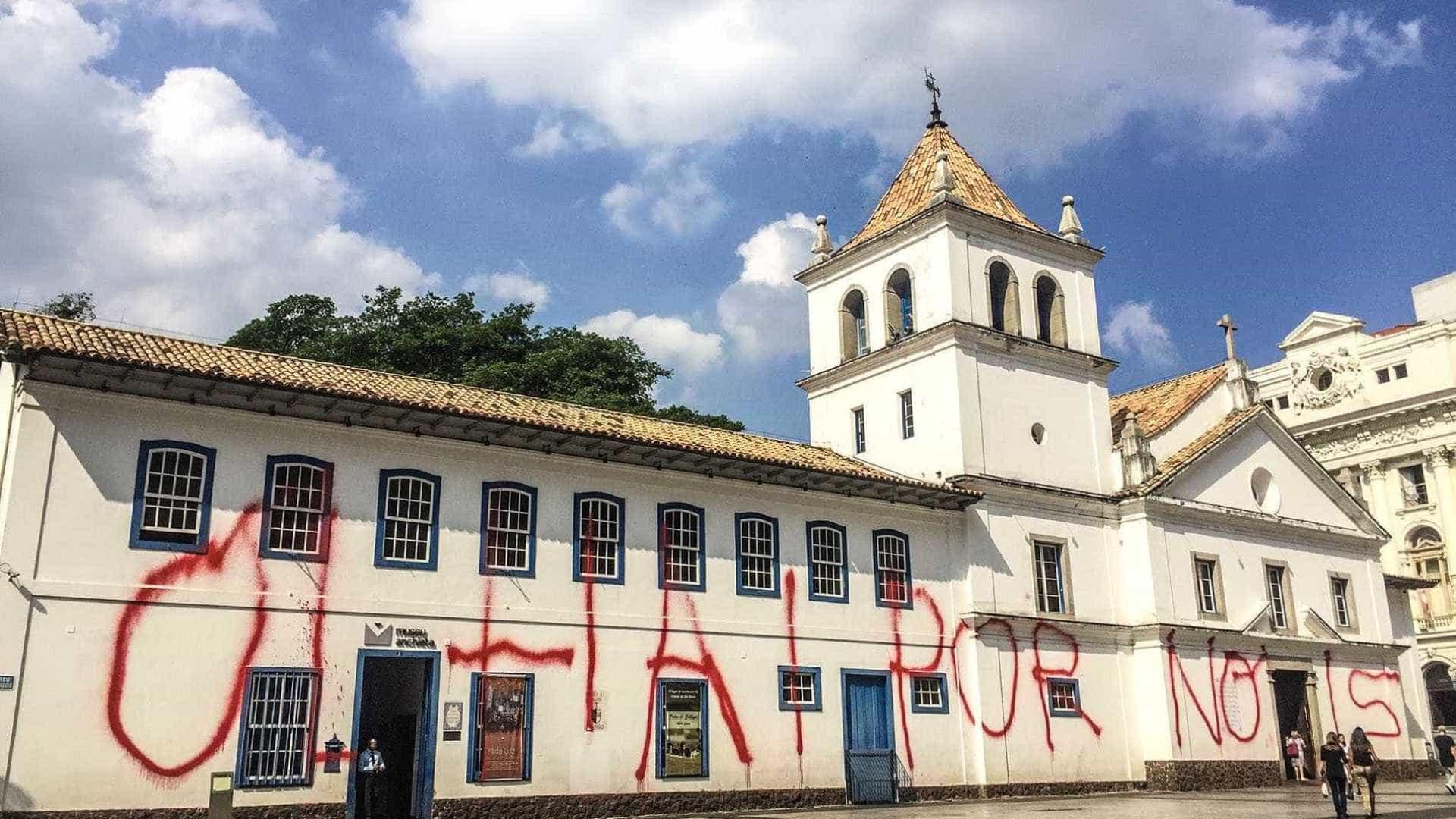 Polícia detém suspeitos de pichar fachada do Pateo do Collegio