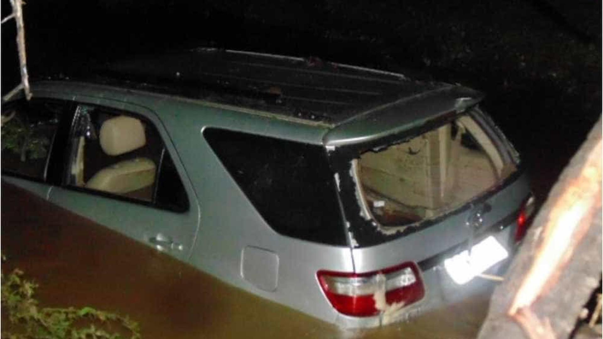 Família morre afogada dentro de carro ao tentar atravessar riacho