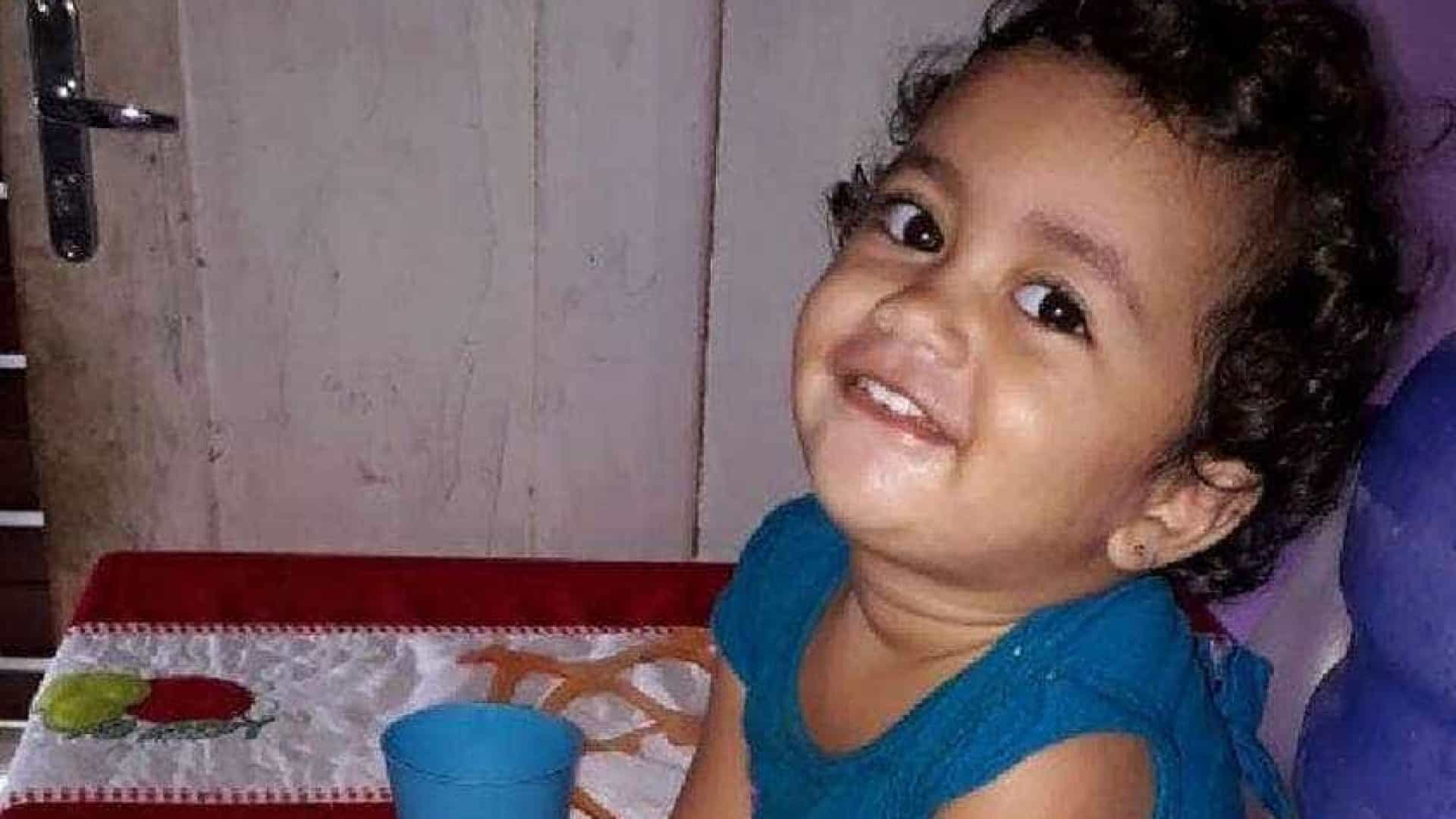 Menina morre após comer bolo feito para o pai que está preso