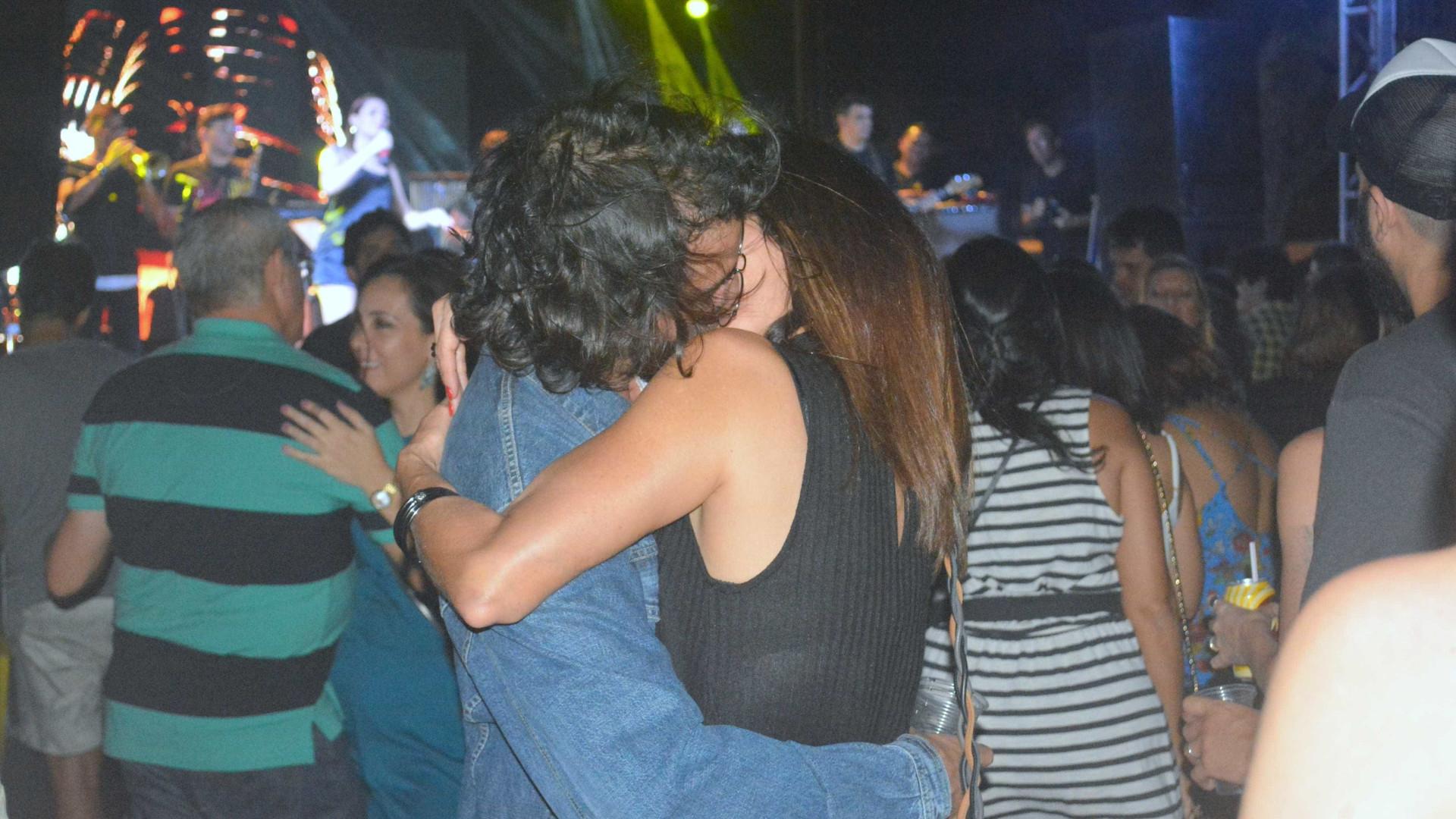 Fátima Bernardes e Túlio dão beijaço e dançam forró coladinhos