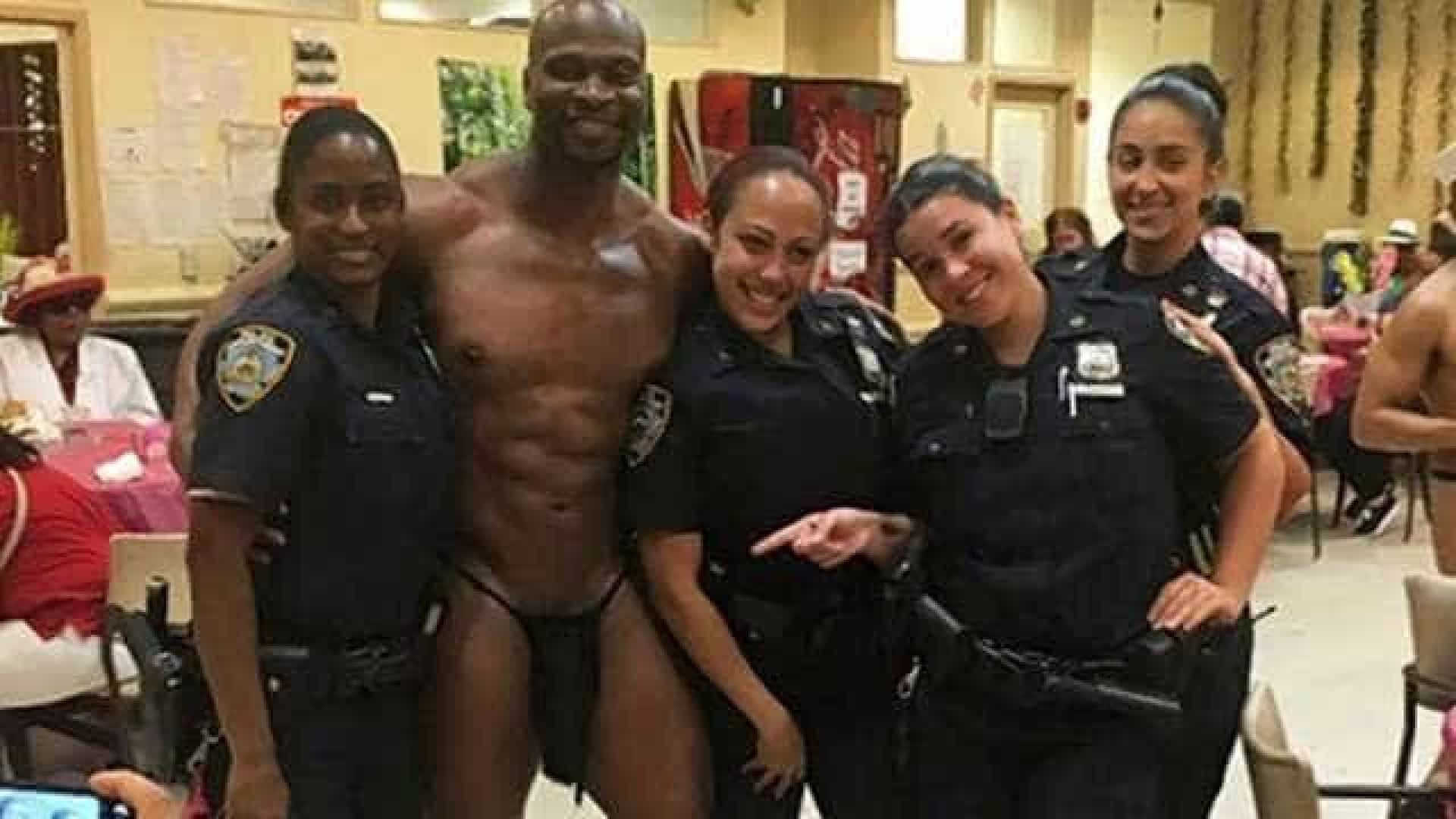 Policiais podem ser punidas por foto com stripper em asilo