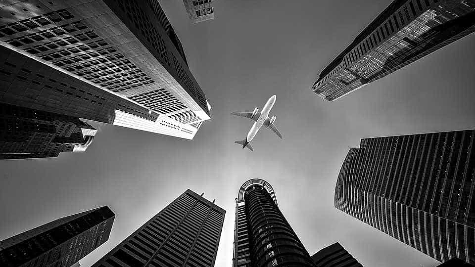Avião faz pouso de emergência em avenida movimentada de Los Angeles