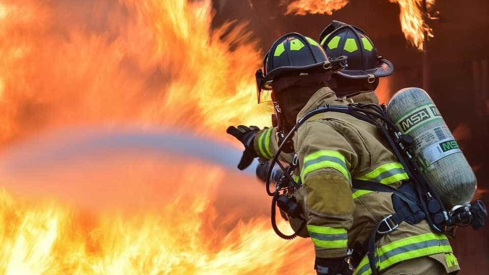 Briga entre facções acaba em tiroteio e duas casas incendiadas