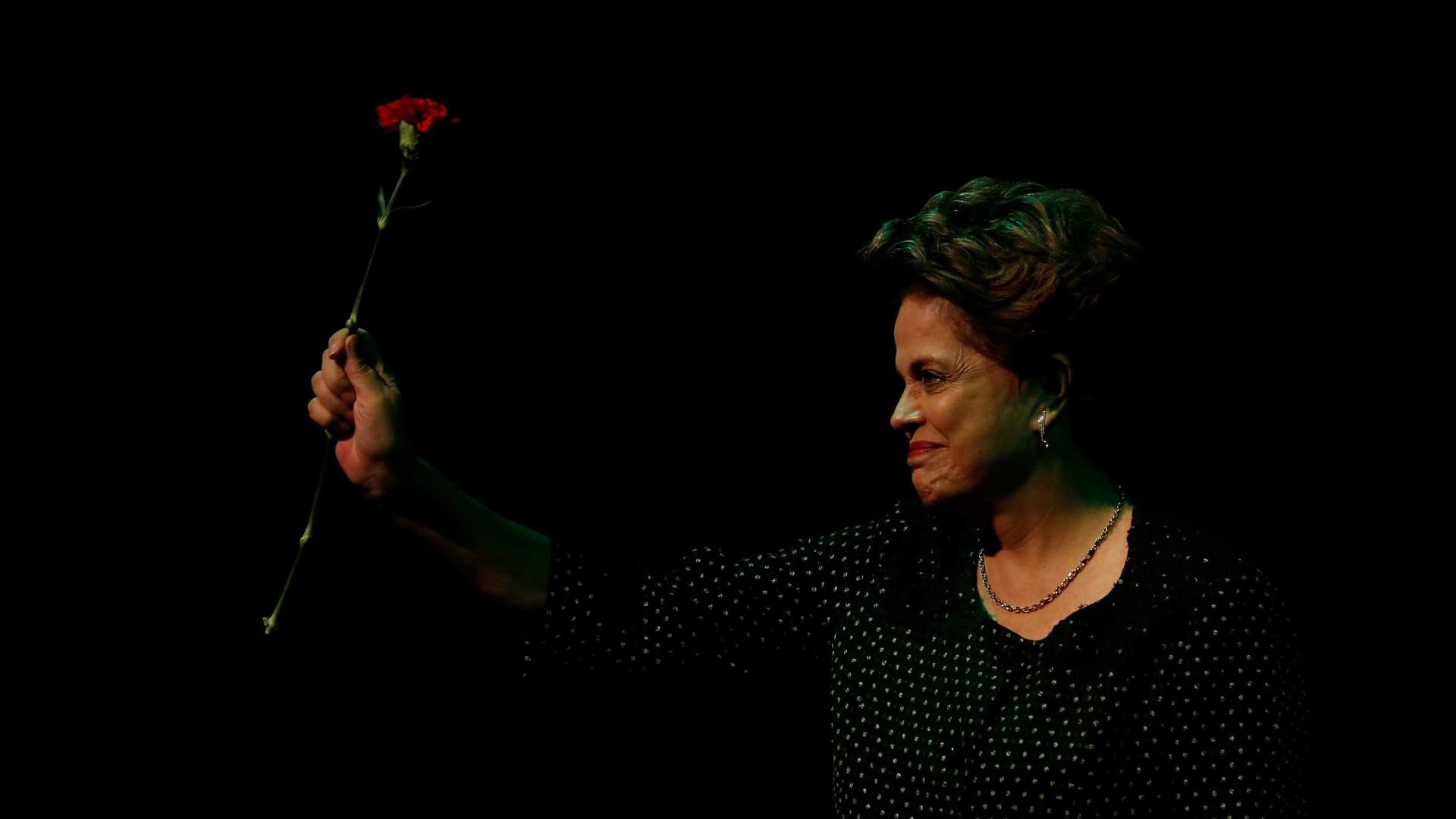 Dilma recebe recado em sobremesa de restaurante; veja