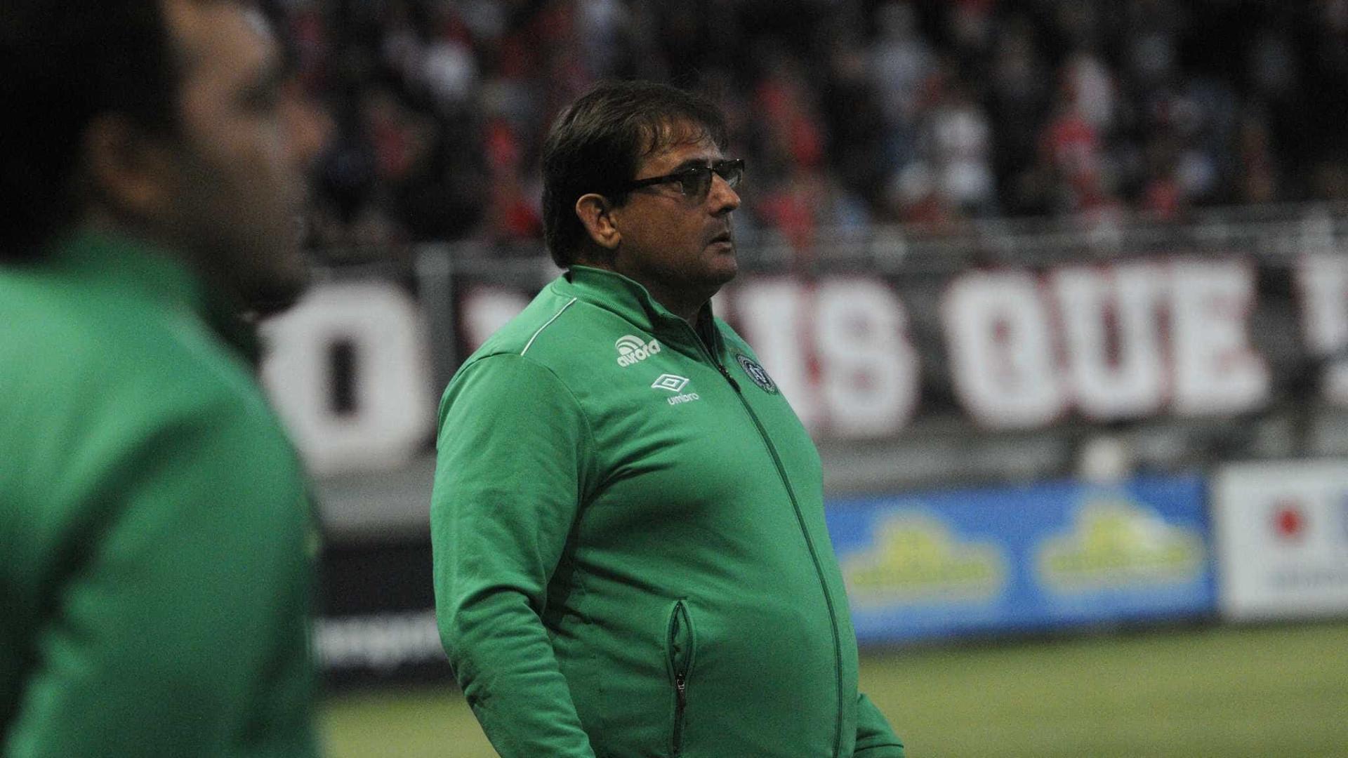 Na briga contra o rebaixamento, Chapecoense contrata Guto Ferreira