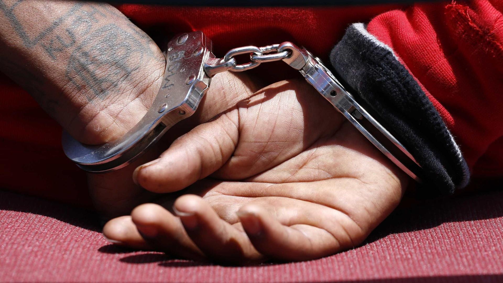 Jovem é preso suspeito de estuprar a mãe na frente da irmã de 11 anos