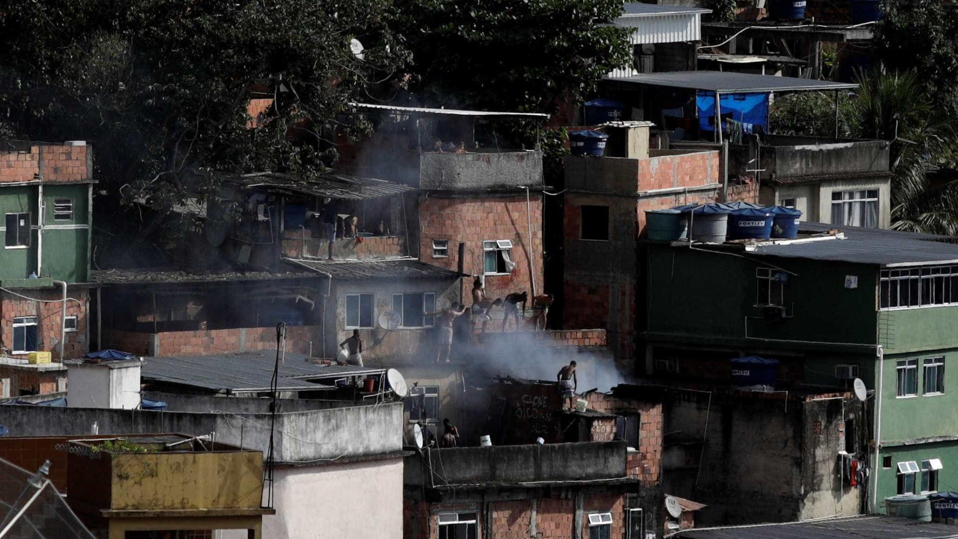 Tiroteio entre PMs e traficantes deixa um morto na Rocinha