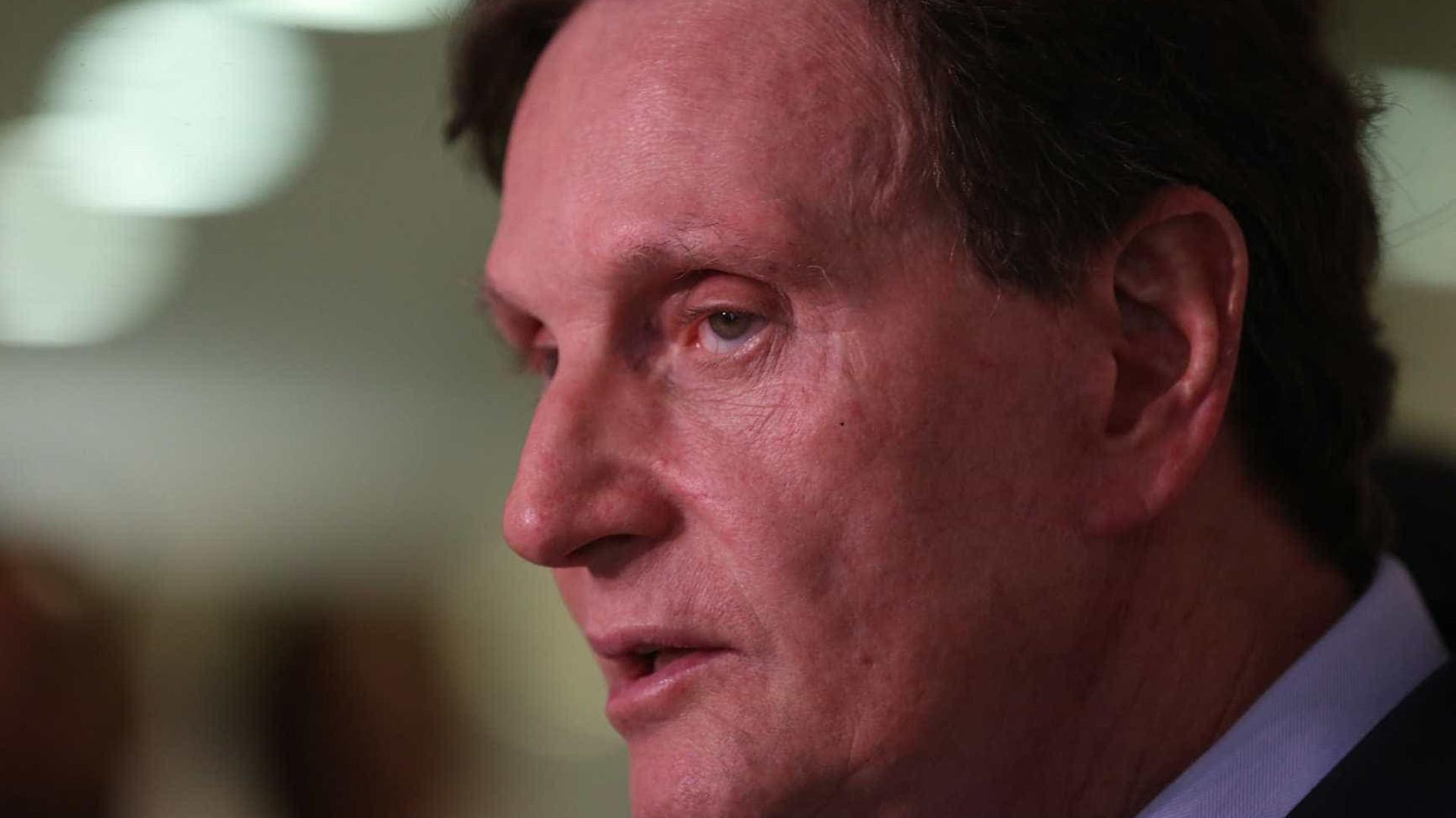 Crivella usa máquina pública para fazer campanha eleitoral, diz rádio