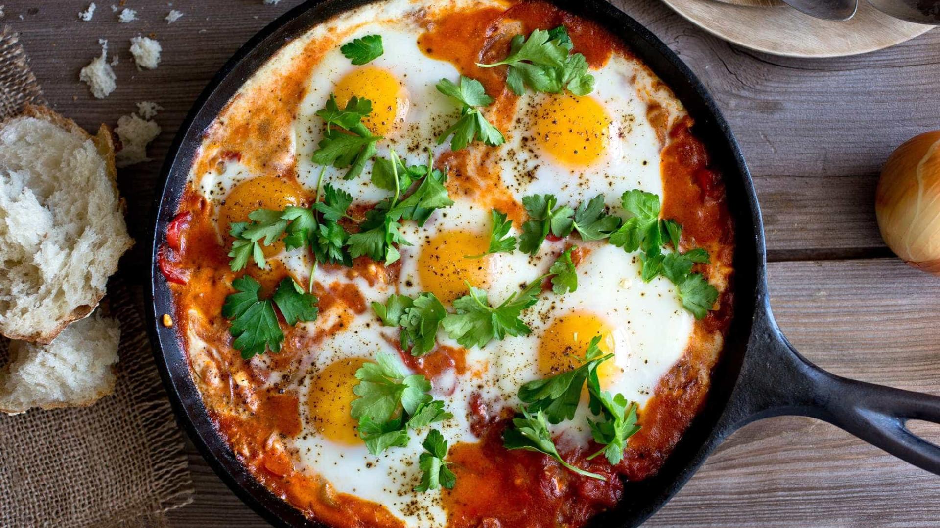 Inove e faça ovos rancheiros para o almoço