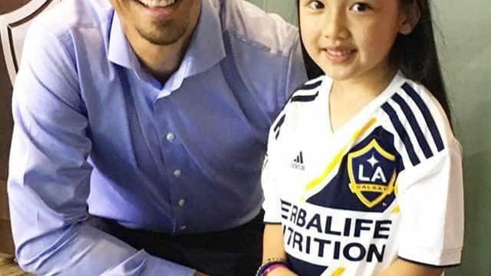 Garota de 7 anos canta hino dos EUA em campo e surpreende Ibrahimovic