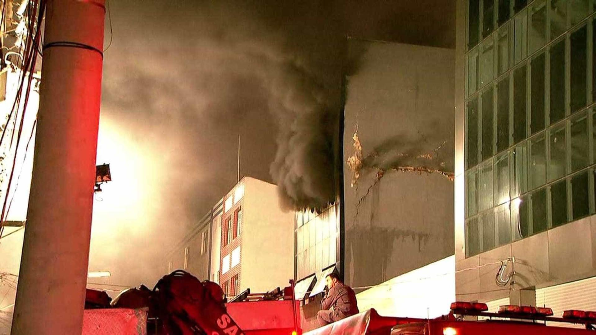 Parte de prédio em chamas desaba no Centro de SP