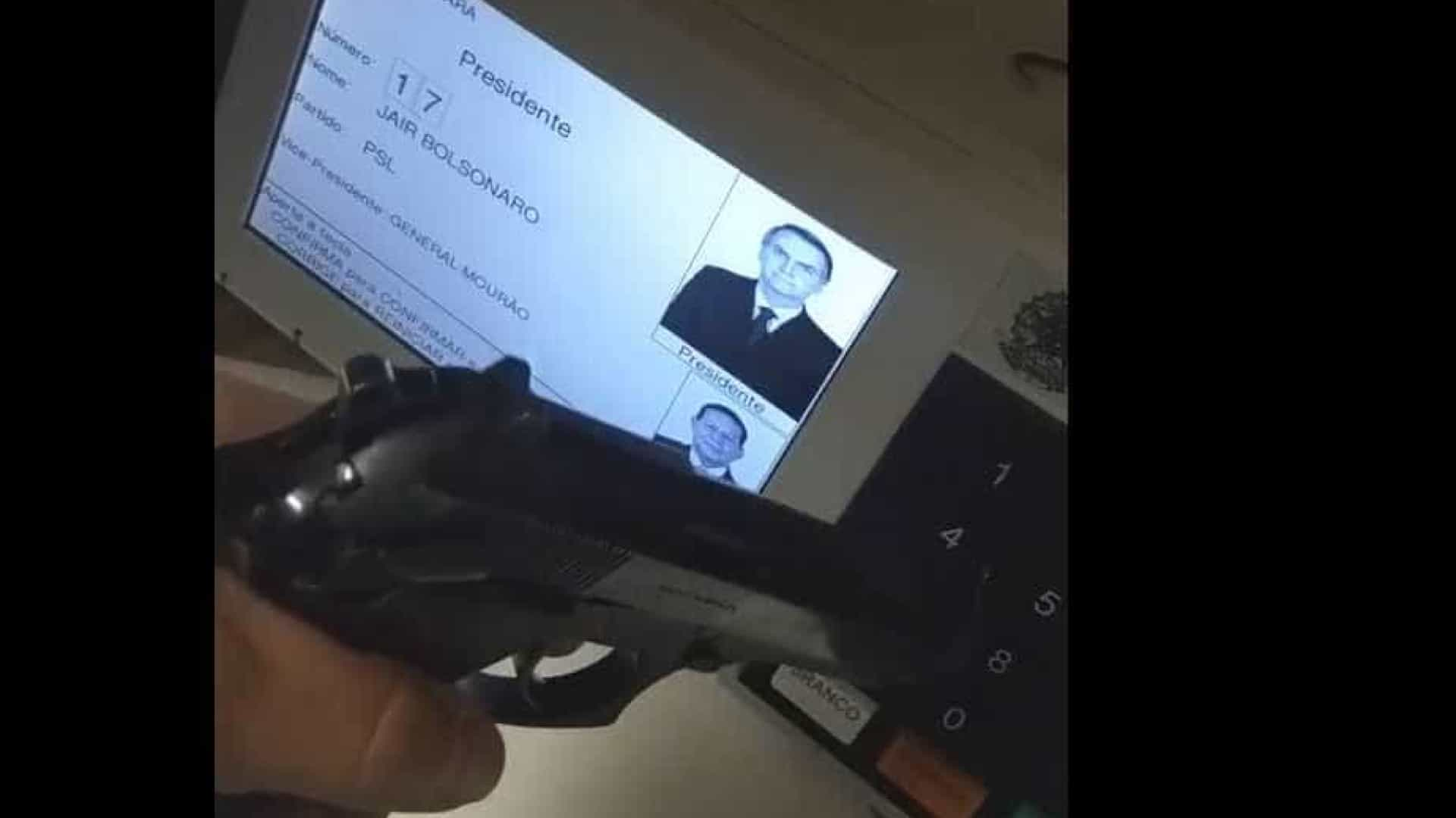 Eleitor vota com arma na mão e publica vídeo nas redes sociais