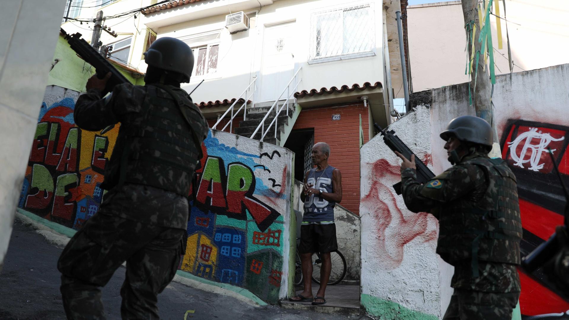 Forças Armadas fazem ação contra o tráfico em três comunidades do Rio