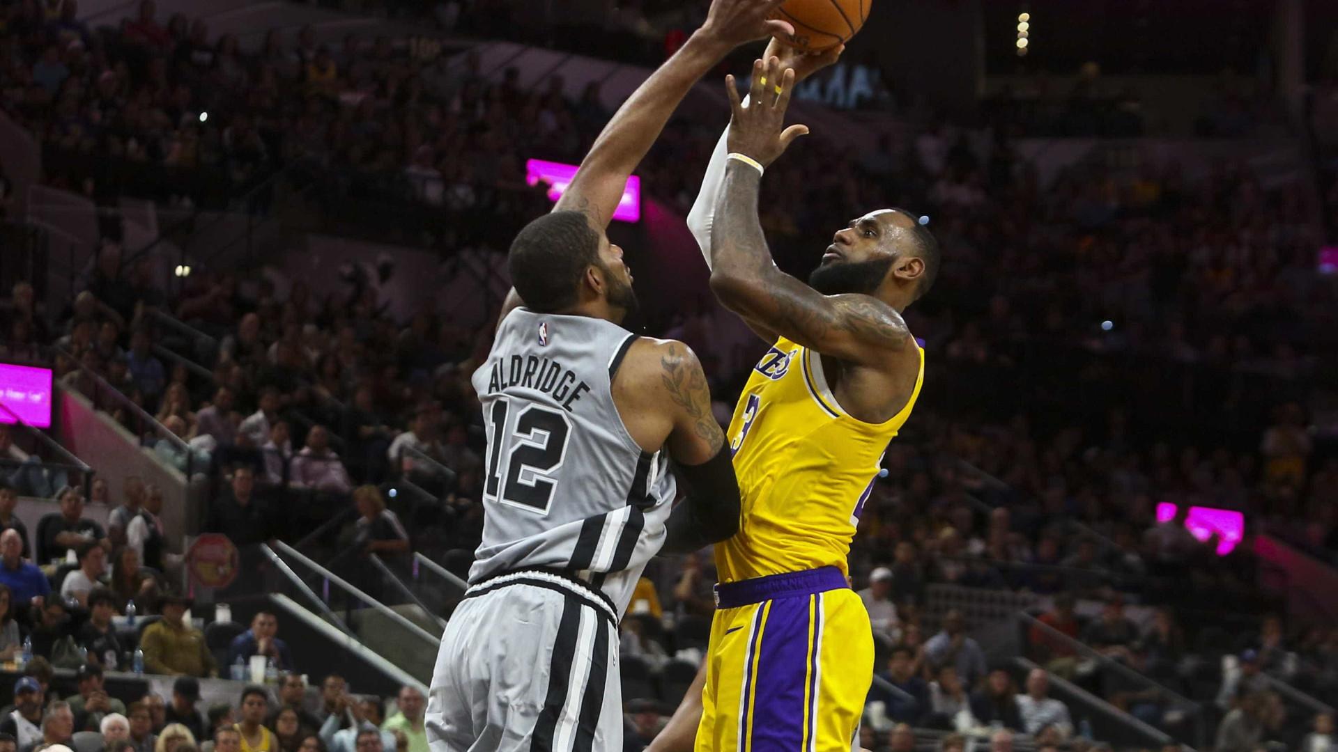 LeBron brilha, mas Lakers perde do Spurs e sofre 4ª derrota no torneio