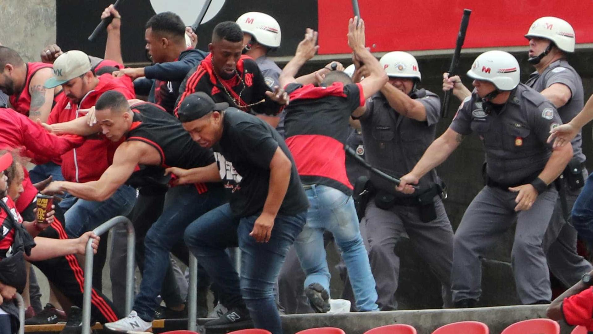 Torcedores do Flamengo brigam entre si durante jogo contra o São Paulo