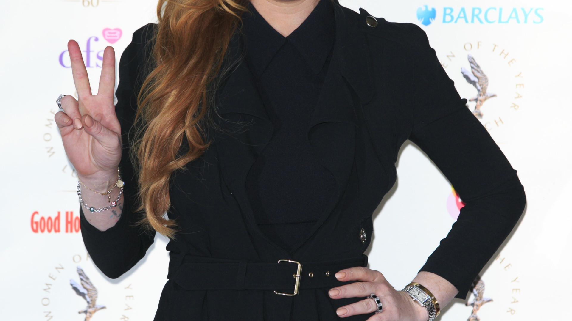 Lindsay Lohan pede trabalho com 'verba substancial' pelo Facebook