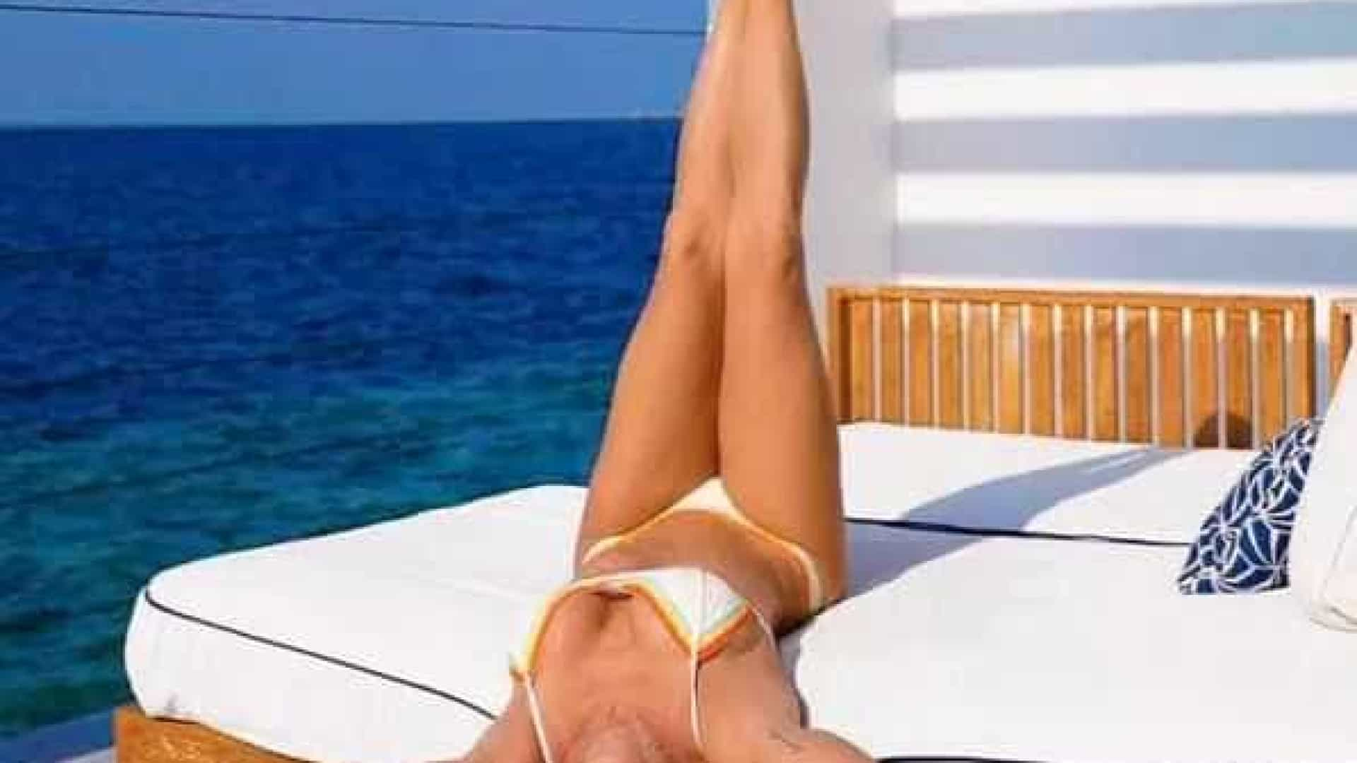 De pernas pro ar, Deborah Secco curte férias nas Maldivas: 'Leve'