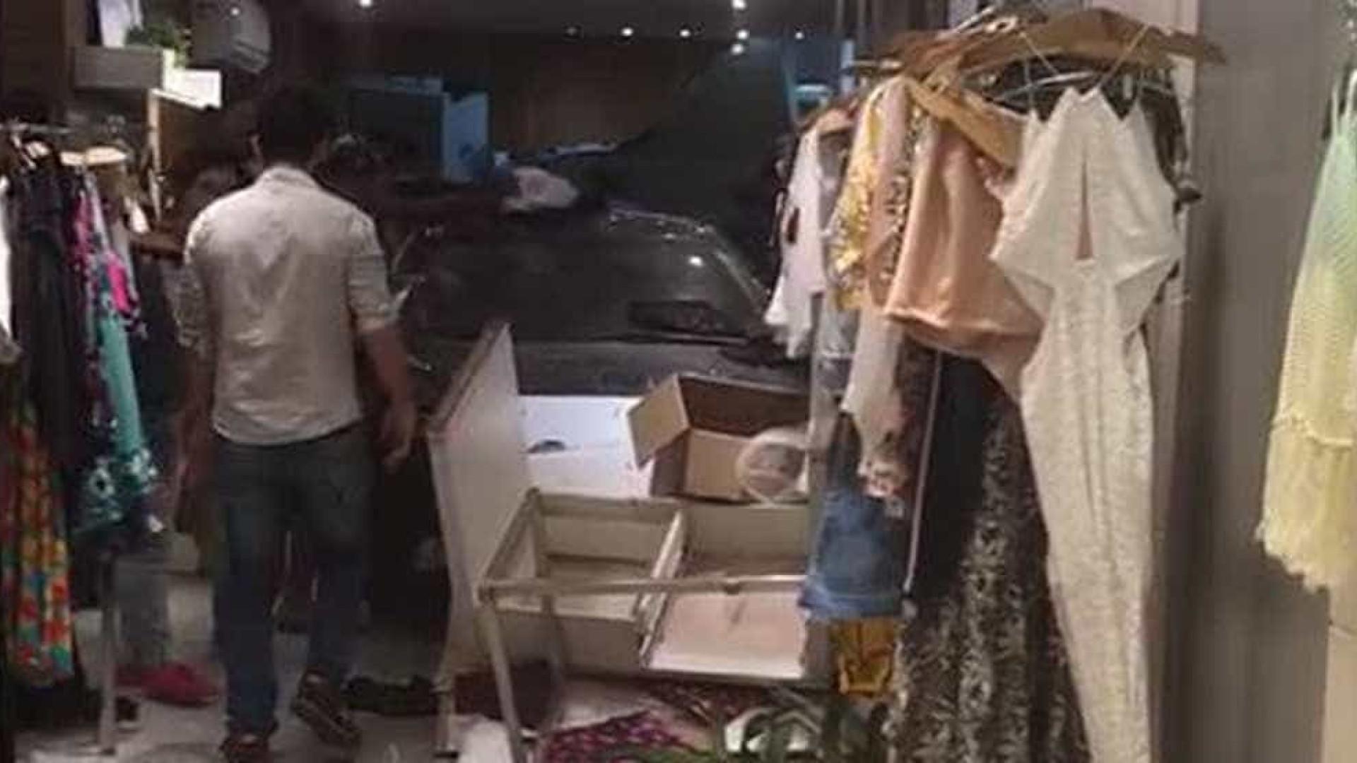Carro invade loja e deixa feridos em Copacabana