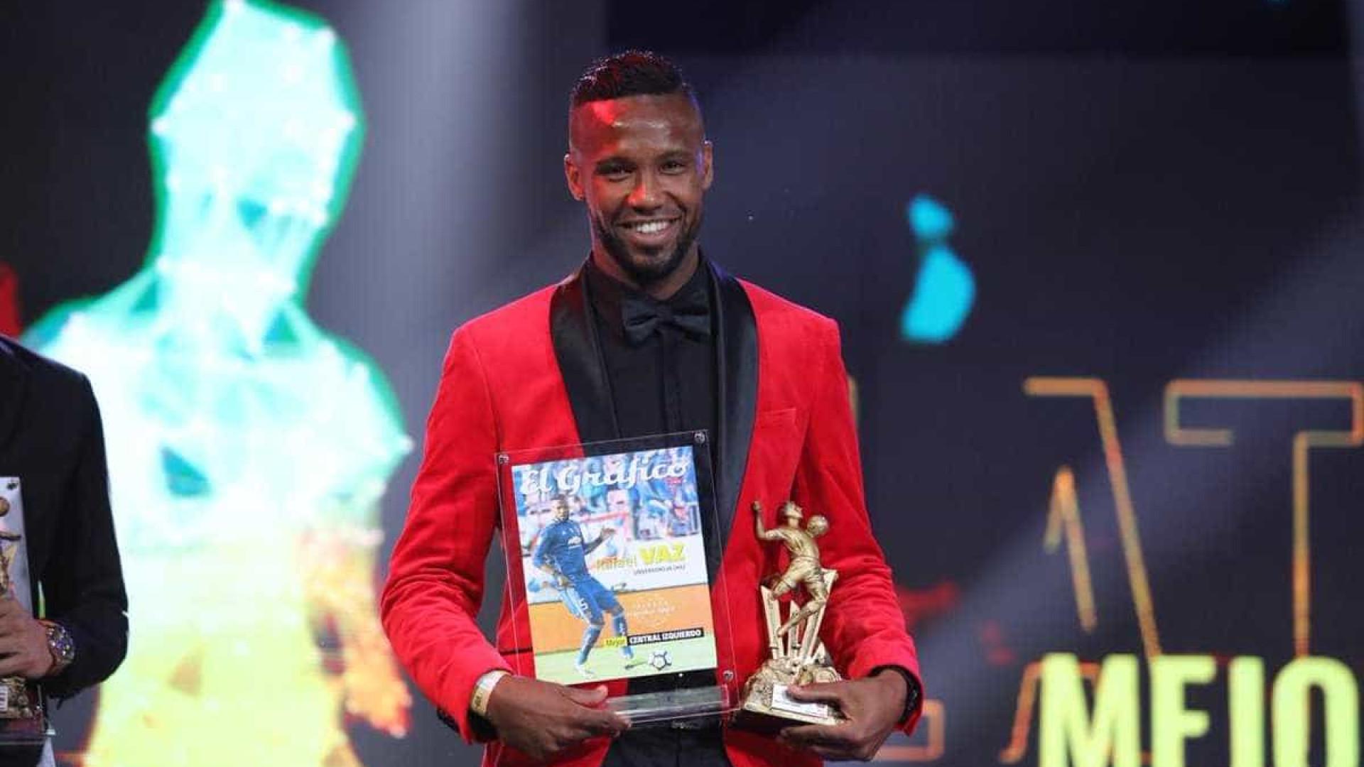 Rafael Vaz comemora prêmio de melhor zagueiro do futebol chileno