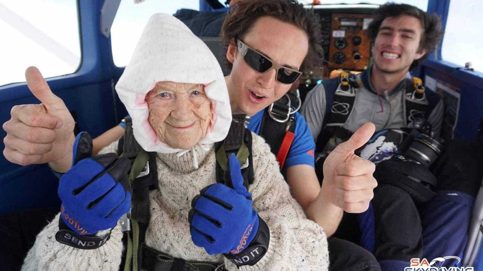 Idosa de 102 anos é a pessoa mais velha do mundo a saltar de paraquedas