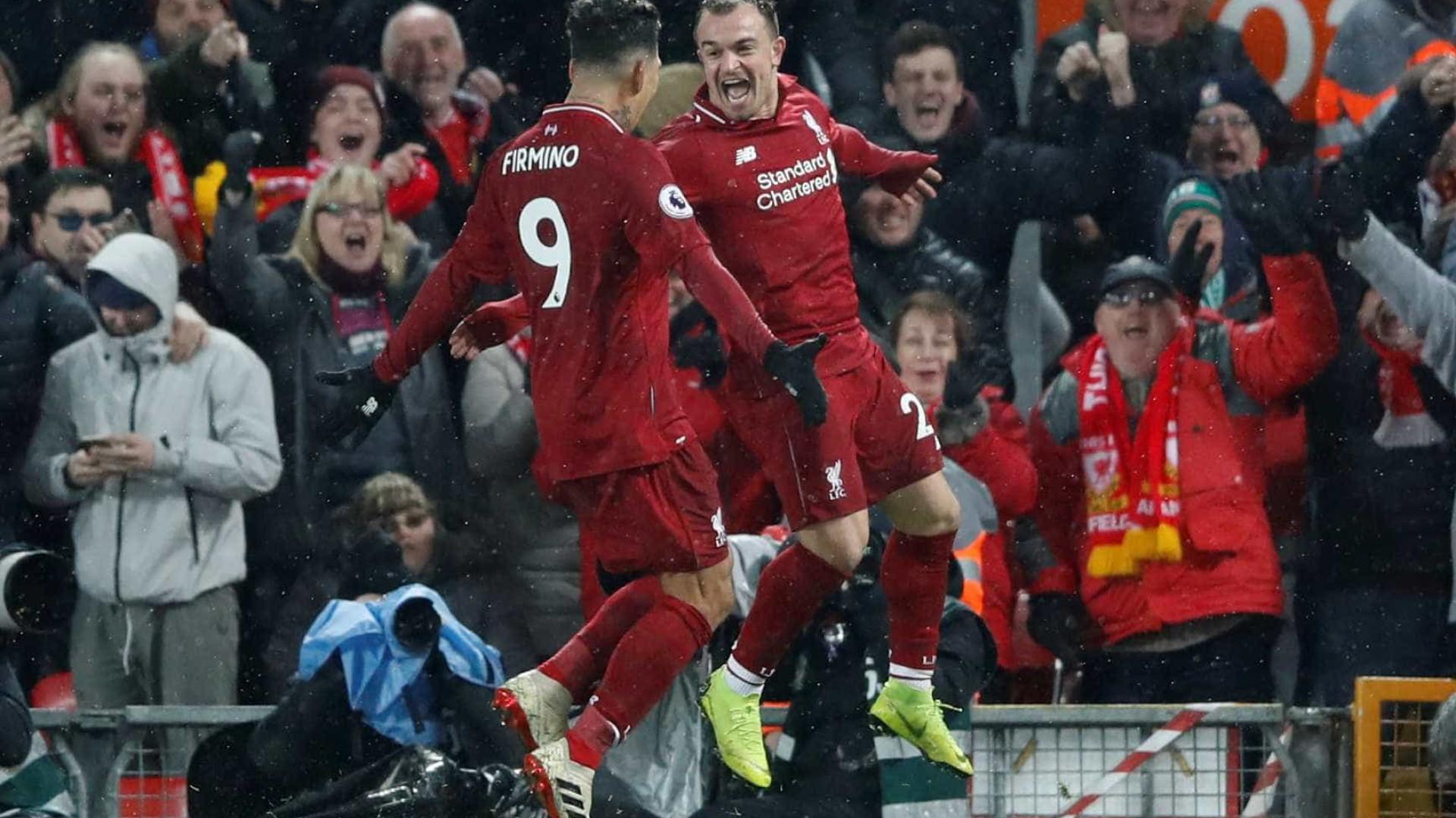 Liverpool supera falha de Alisson, vence United e volta a liderar