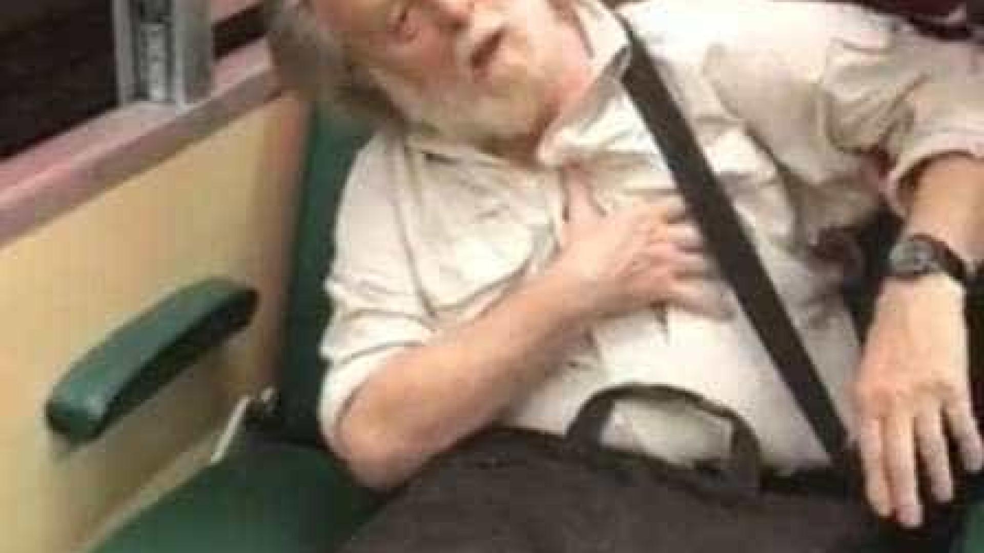 Idoso simula infarto após ser flagrado fotografando jovem em trem