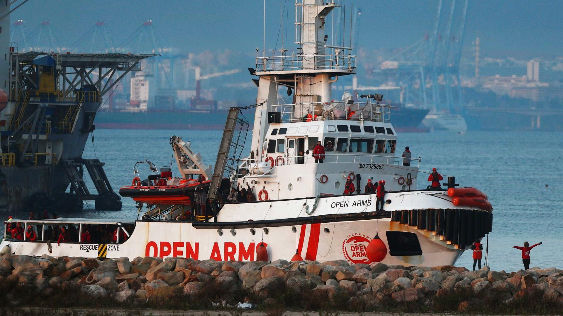 Barco com mais de 300 refugiados desembarca na Espanha