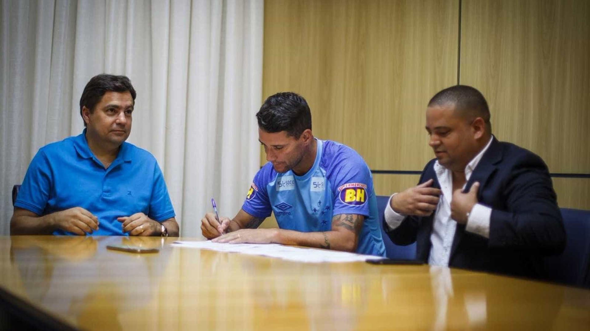 Thiago Neves assina renovação de contrato com o Cruzeiro até 2020
