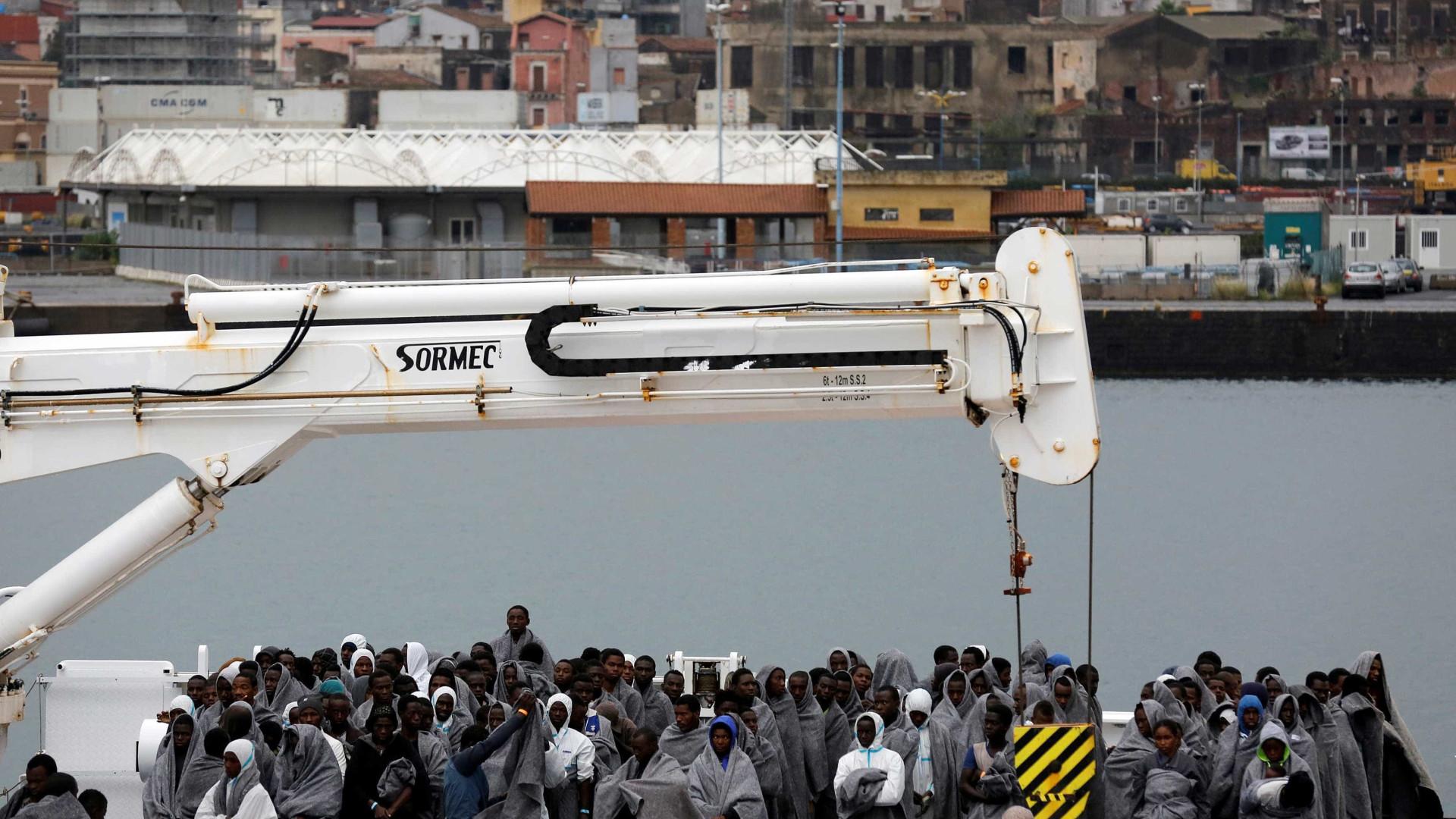 Italianos se atiram no mar para salvar migrantes