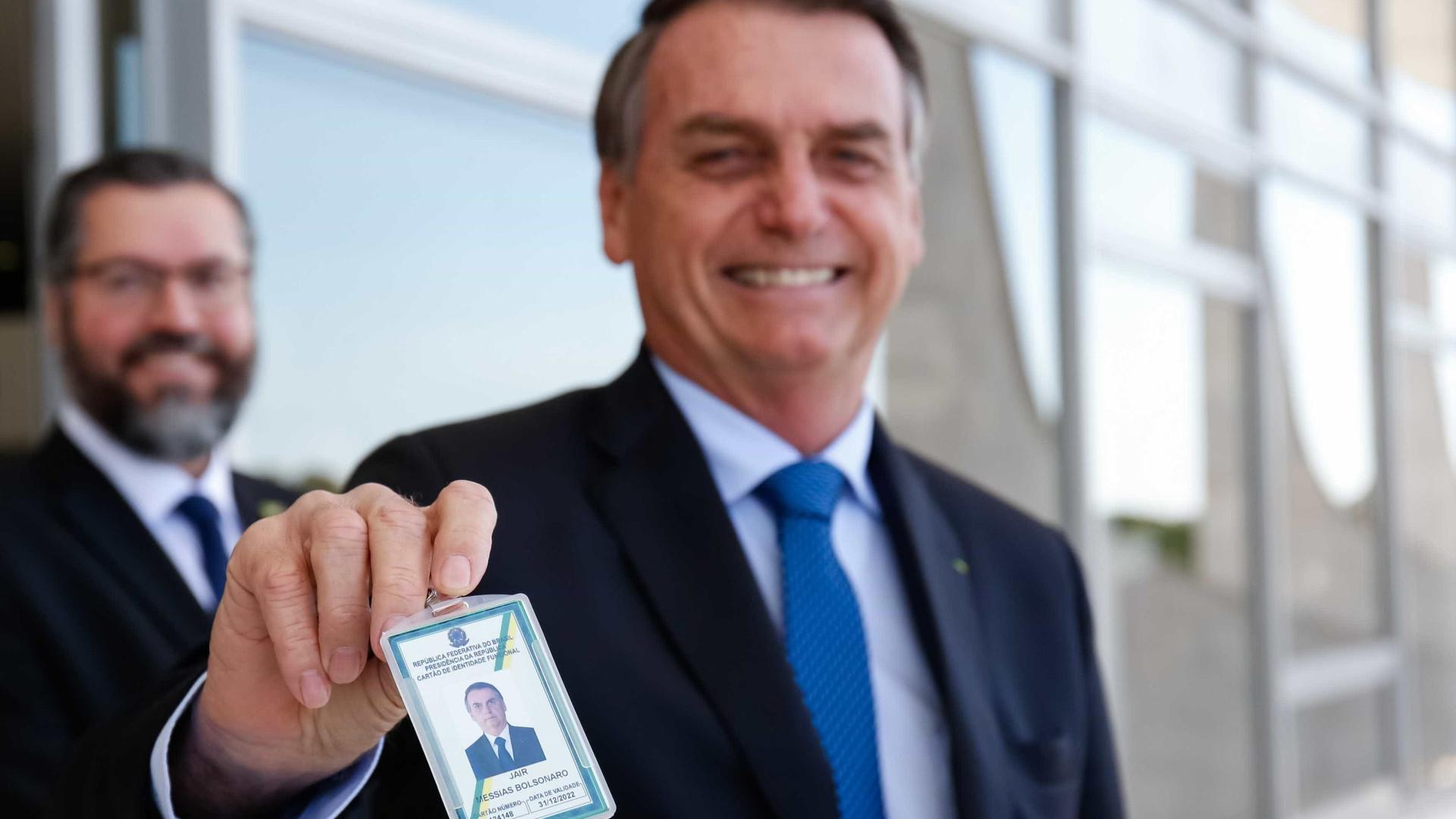 Sorridente, Bolsonaro exibe crachá de presidente da República